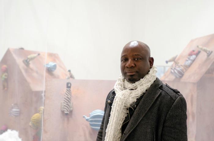 Barthélémy Toguo devant The House of Secrets, 16 janvier 2014. (Photo: Antoine Lejolivet / Haute École des Arts du Rhin)